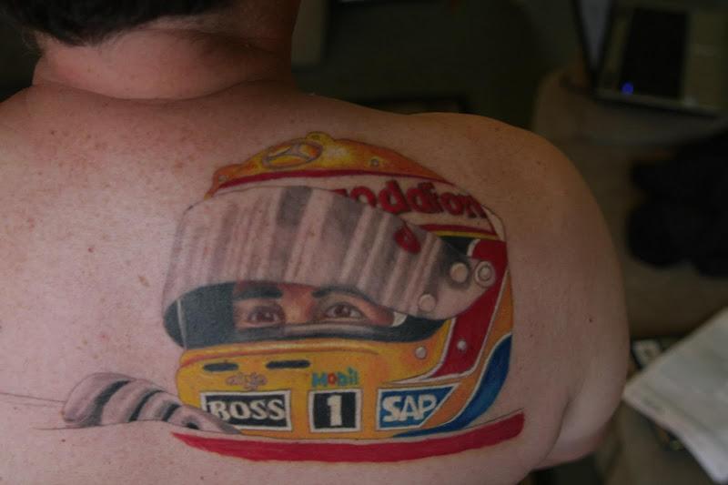 тату Льюиса Хэмилтона на спине болельщика Ian McLaren Allsobrook