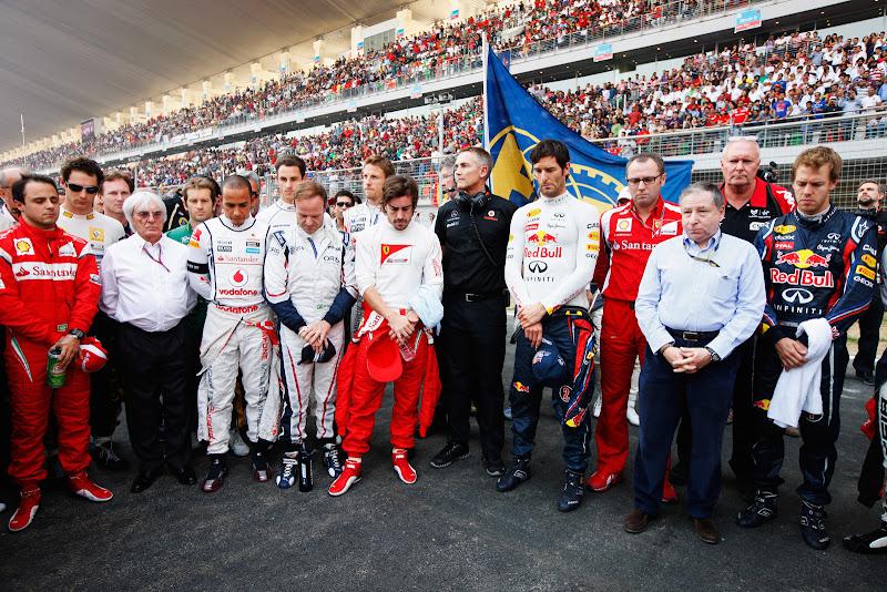 минута молчания в память о Дэне Уэлдоне и Марко Симончелли перед стартом гонки на Гран-при Индии 2011