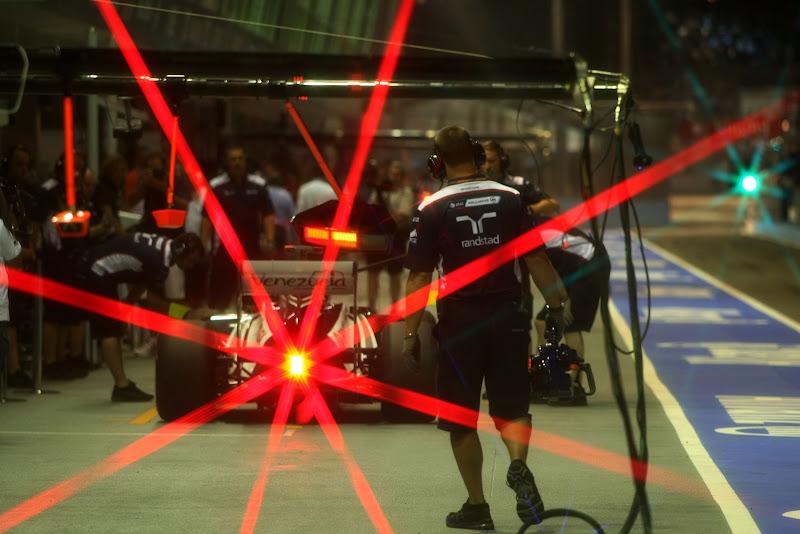 болид Williams заезжает на пит-стоп с красным огоньком позади на Гран-при Сингапура 2011