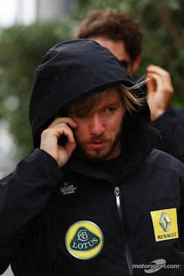 Ник Хайдфельд идет по паддоку в капюшоне и разговаривает по телефону на Гран-при Великобритании 2011