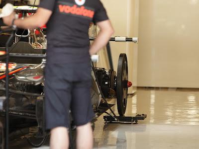 задний колесозаменитель на болиде McLaren в гараже на Гран-при Абу-Даби 2011