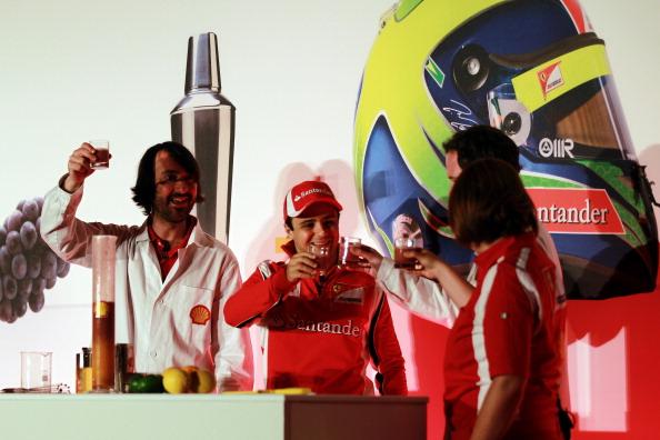 Фелипе Масса выпивает коктейль на спонсорском мероприятии Shell на Гран-при Великобритании 2011