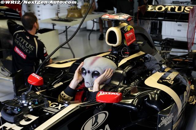 Бруно Сенна с маской инопланетянина в кокпите Lotus Renault на Гран-при Бразилии 2011