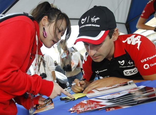 Тимо Глок с болельщицей на автограф-сессии Сузуки на Гран-при Японии 2011