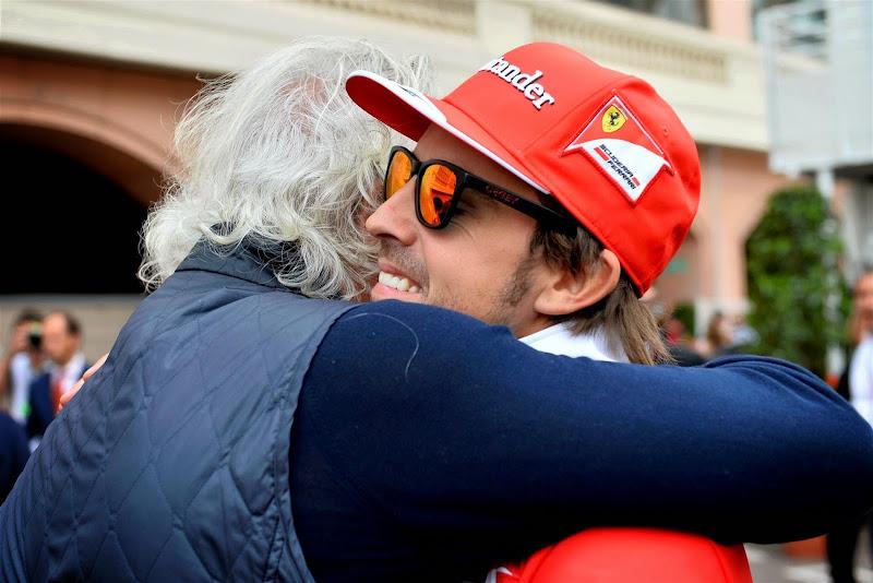 Флавио Бриаторе обнимает Фернандо Алонсо на Гран-при Монако 2014