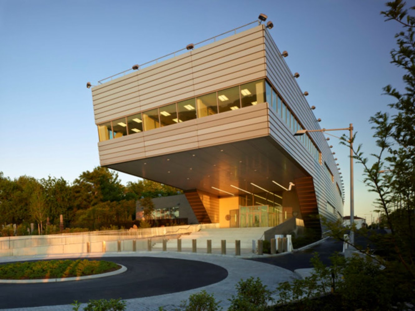 121st Police Precinct Station House by Rafael Vinoly
