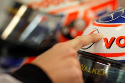 Дженсон Баттон пальцем накладывает магическое заклинание на шлем на Гран-при Венгрии 2011