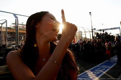 Джессика Мичибата показывает победный палец на Гран-при Австралии 2012