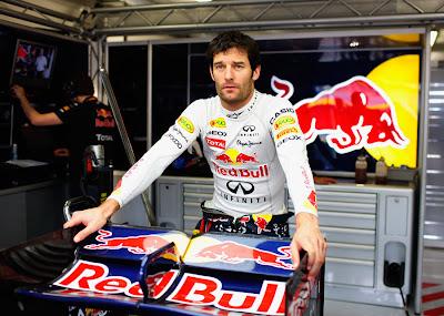 Марк Уэббер и заднее крыло Red Bull в гараже на Гран-при Европы 2011