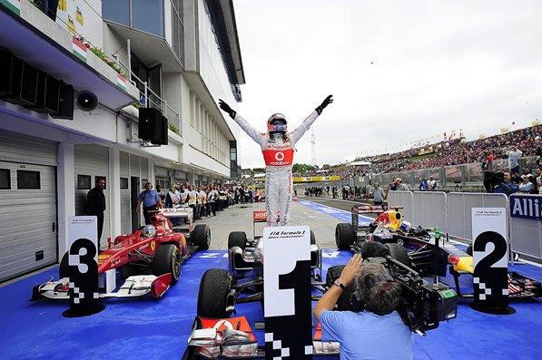 Дженсон Баттон радуется победе за McLaren на Гран-при Венгрии 2011