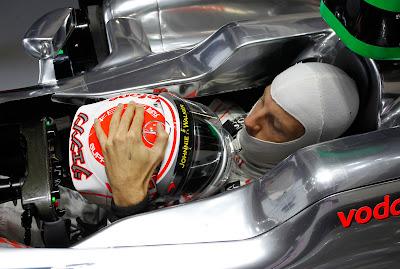 Дженсон Баттон со своим шлемом в кокпите McLaren на Гран-при Японии 2011