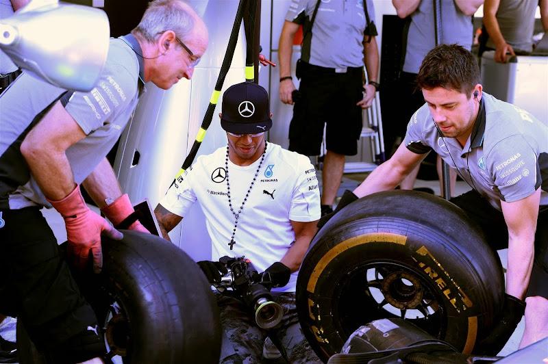 Льюис Хэмилтон в роли механика с гайковертом на Гран-при России 2014