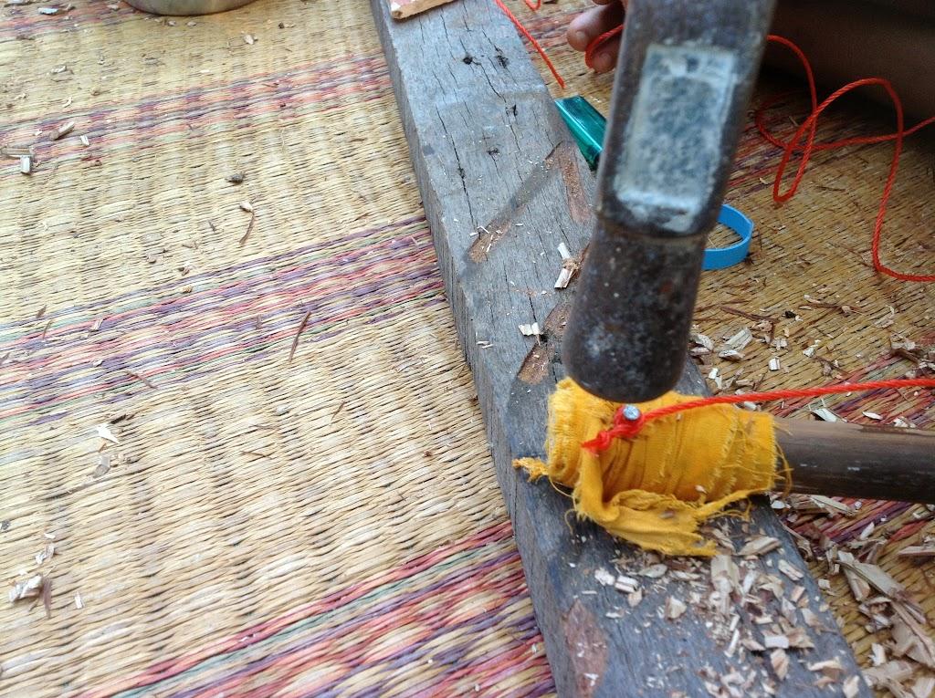 ตีตะปูให้จม หากตะปูเกินไม้ก็ตีพับเก็บให้เรียบร้อย