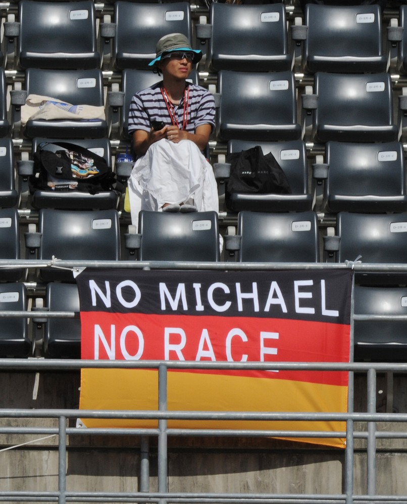 No Michael, no race - послание болельщиков Михаэля Шумахера на Гран-при Японии 2012