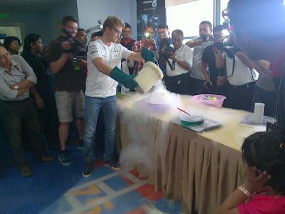 Нико Росберг проводит научный эксперимент на Гран-при Малайзии 2013