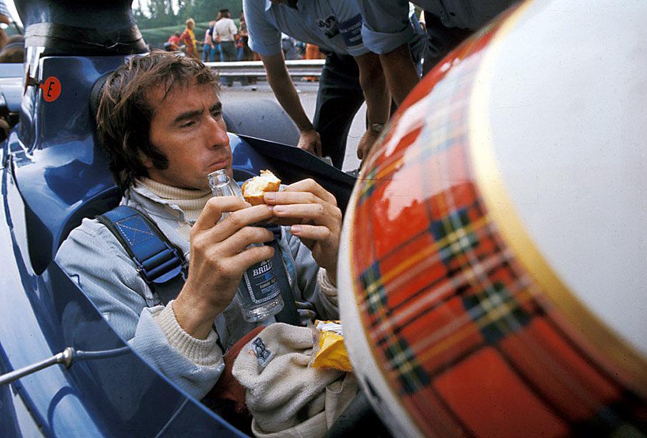 Джеки Стюарт подкрепляется прямо в болиде Tyrrell на Гран-при Италии 1972