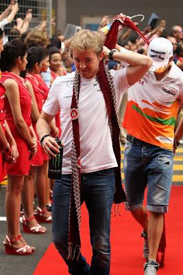 Нико Росберг в традиционном шарфе на параде пилотов Гран-при Индии 2013