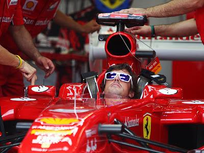 Фернандо Алонсо смотрит за механиками Ferrari на Гран-при Канады 2011
