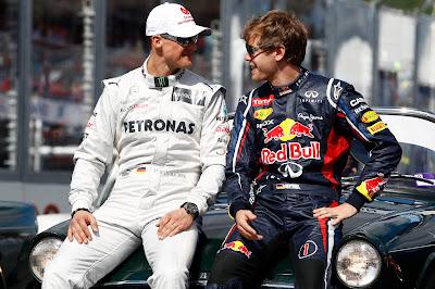 Михаэль Шумахер и Себастьян Феттель смотрят друг на друга на фотосессии чемпионов на Гран-при Австралии 2012