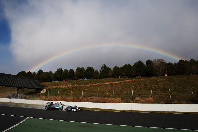 Льюис Хэмилтон за рулем Mercedes и радуга на трассе Каталунья на предсезонных тестах 28 февраля 2013