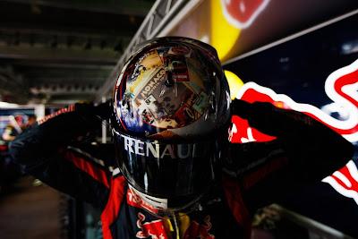 Себастьян Феттель одевает шлем на Гран-при Монако 2011