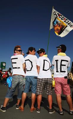 болельщики Эдди Джордана в футболках и с флагом на Гран-при Японии 2013