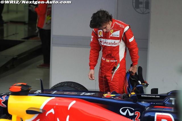 Фернандо Алонсо приглядывается к болиду Red Bull на Гран-при Кореи 2011