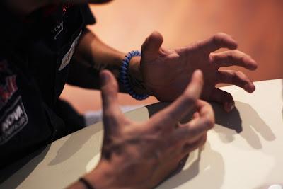 руки Хайме Альгерсуари, дающего интервью на Гран-при Венгрии 2011