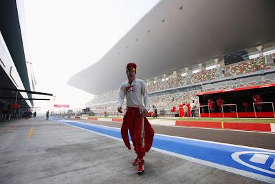 Фернандо Алонсо в лучах солнца на пит-лейне трассы Буддх на Гран-при Индии 2012