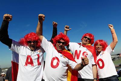 болельщики Фернандо Алонсо в футболках и красных париках на Гран-при США 2012