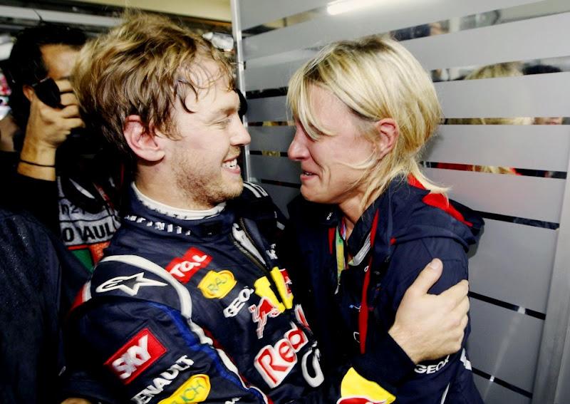 Себастьян Феттель и Бритта Роэске обнимаются на Гран-при Бразилии 2012
