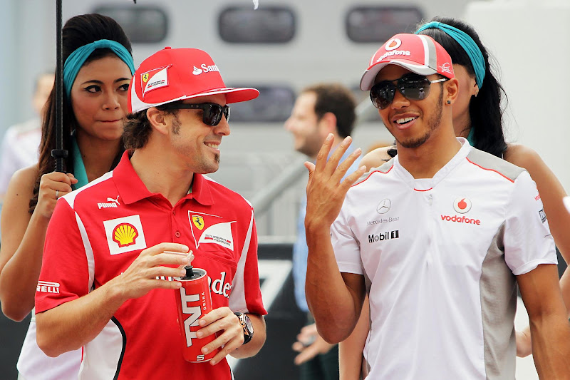 Фернандо Алонсо и Льюис Хэмилтон на параде пилотов Гран-при Малайзии 2012