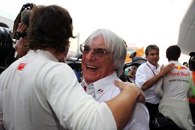 Фернандо Алонсо однимает Берни Экклстоуна на Гран-при Индии 2011