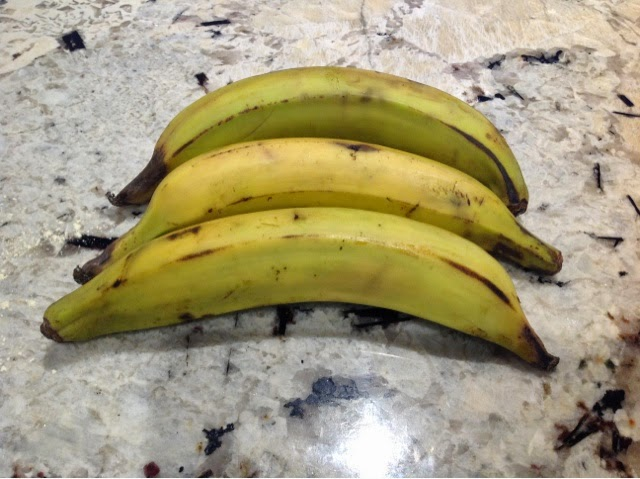 3 plaintains on a tray