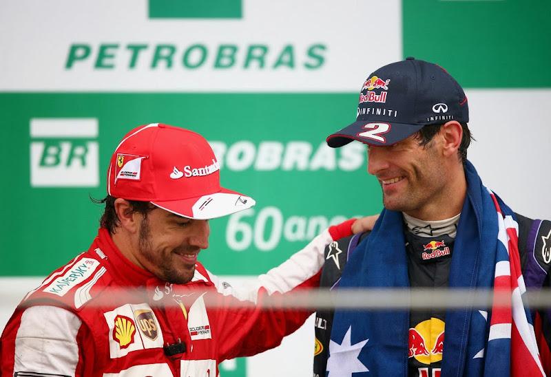 Фернандо Алонсо прощается с Марком Уэббером на подиуме Гран-при Бразилии 2013