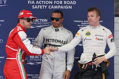 Фернандо Алонсо жмет руки Льюису Хэмилтону и Кими Райкконену после квалификации на Гран-при Китая 2013