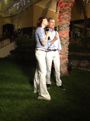 Сьюзи Перри и Дэвид Култхард в белых джинсах и голубых рубашках на Гран-при Бахрейна 2013