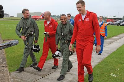 Льюис Хэмилтон и Дэвид Култхард в компании с Красными Стрелами Королевских ВВС Великобритании