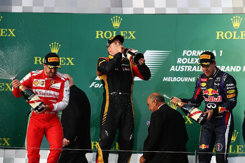 Кими Райкконен пьет шампанское на подиуме Гран-при Австралии 2013
