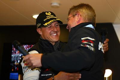 Росс Браун обнимает Михаэля Шумахера на Гран-при Бельгии 2011
