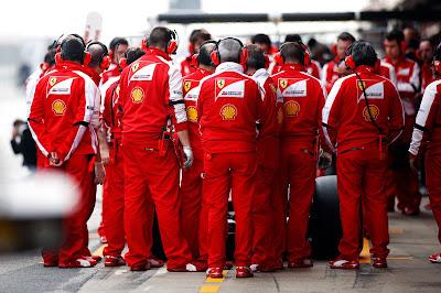 механики Ferrari на пит-стопе на предсезонных тестах в Барселоне - февраль 2013