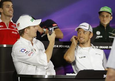 Нико Хюлькенберг фотографирует Дженсона Баттона на пресс-конференции в четверг на Гран-при Бахрейна 2014