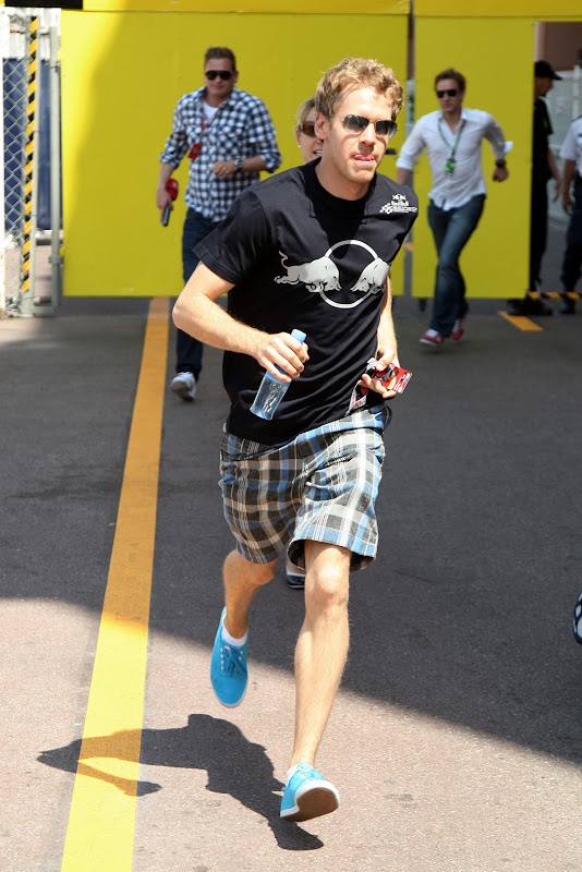 Себастьян Феттель бежит с бутылкой воды на Гран-при Монако 2011