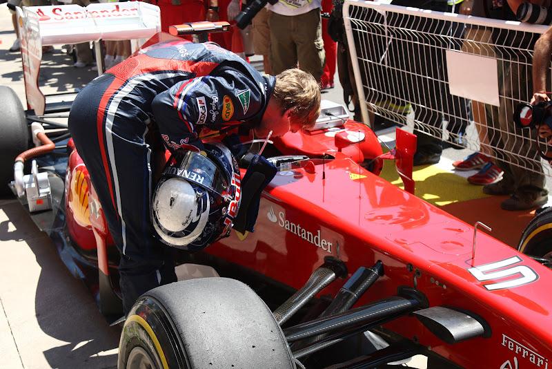 Себастьян Феттель заглядывает внутрь болида Ferrari после квалификации на Гран-при Европы 2011