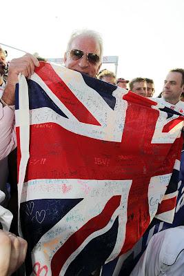 Джон Баттон держит британский флаг с пожеланиями болельщиков на Гран-при Австралии 2012