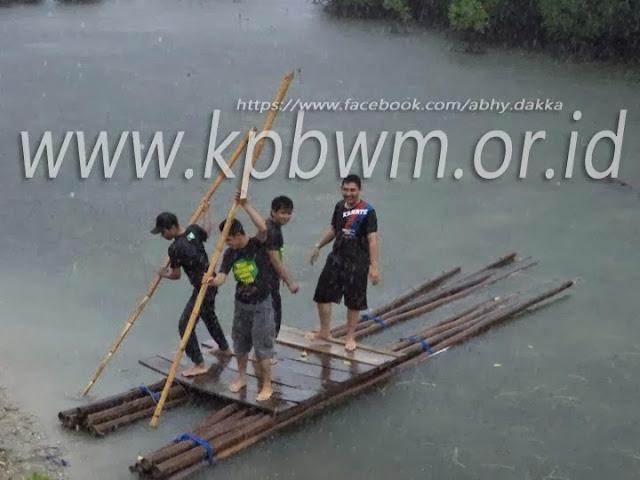rakit menuju lokasi pondok perkemahan mangrove baluno sendana