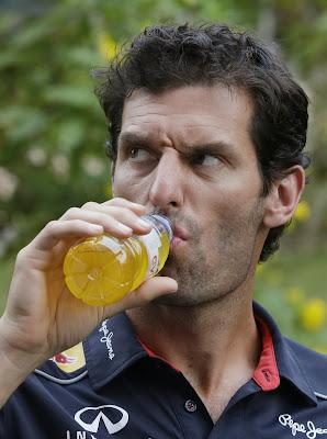 Марк Уэббер пьет желтую жидкость из бутылки на Гран-при Индии 2013