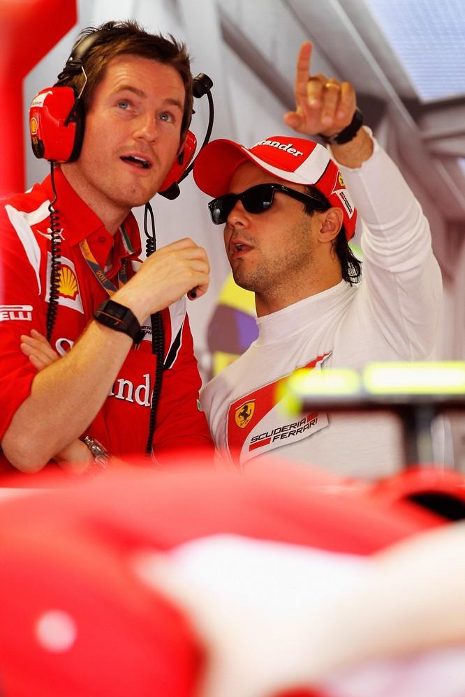 Фелипе Масса указывает на что-то пальцем Робу Смедли на Гран-при Италии 2011