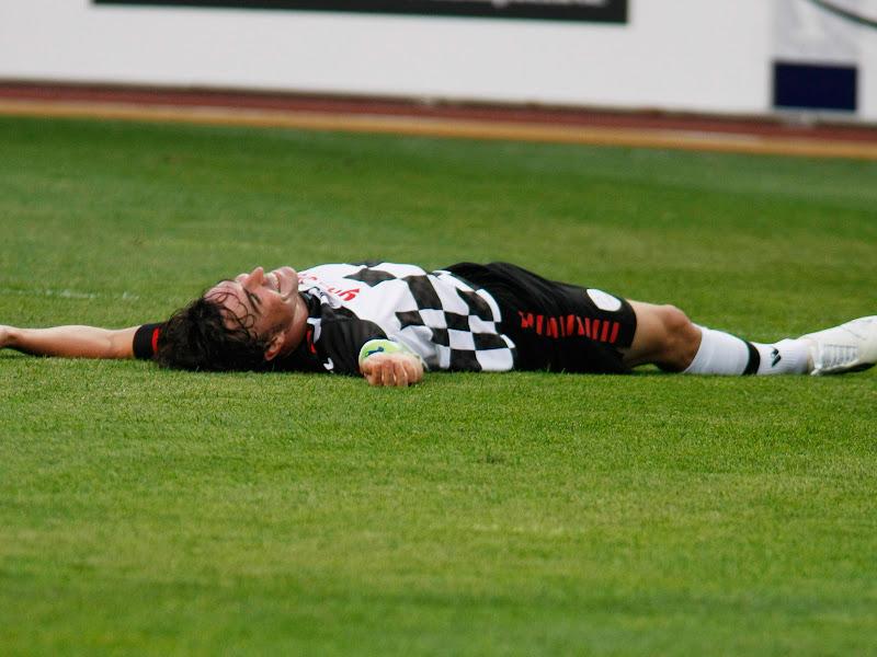 Фернандо Алонсо лежит на футбольном поле на благотворительном футбольном матче в Монте-Карло 2011