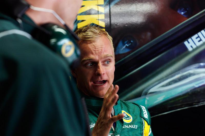 Хейкки Ковалайнен что-то объясняет своим механикам на Гран-при Бразилии 2011